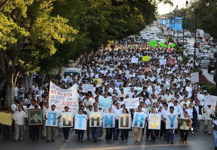 La marcha de la Autamuady salió del parque de Santa Ana rumbo al Monumento a la Patria. (Luis Pérez/SIPSE)