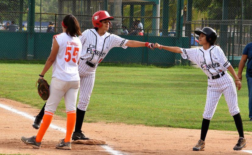 Ana Laura y Ana Fernanda Morejón López llevan el beisbol en la sangre gracias a su padre Oswaldo Morejón. (Foto: Novedades Yucatán)
