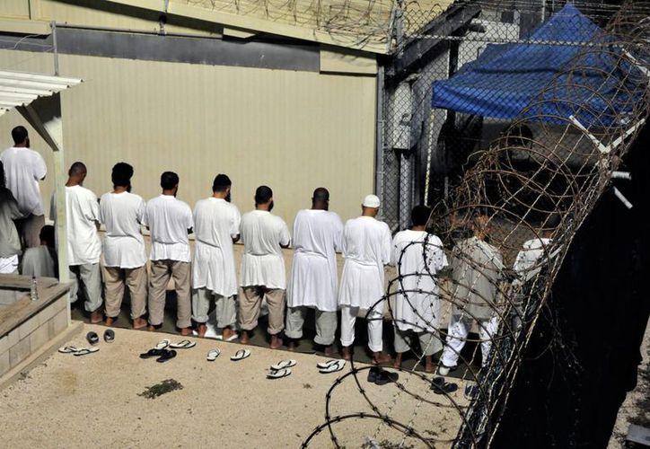 Barack Obama espera reducir a menos de 100 el número de reos en la prisión de Guantánamo en los próximos meses y acelerar el proceso para revisar potenciales casos para transferir otros a varios países del mundo.- (Notimex)