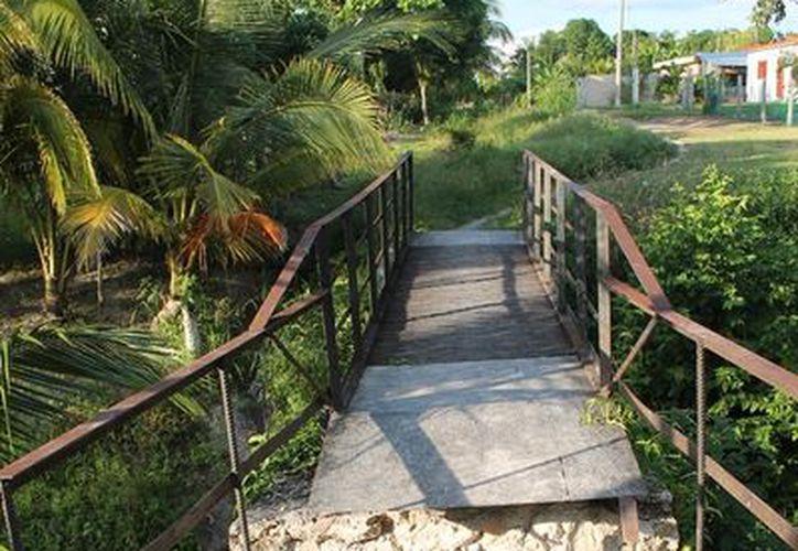 El puente se ha dañado por falta de mantenimiento y por las lluvias; la amenaza es latente porque a diario cruza la gente. (Edgardo Rodríguez/SIPSE)