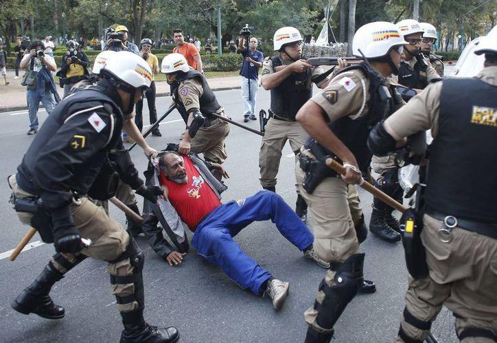 Las protestas no solo han ocurrido en Sao Paulo, donde se realizó la ceremonia inaugural, sino también en otras ciudades como Belo Horizonte, como se aprecia en la foto. (Foto: AP)