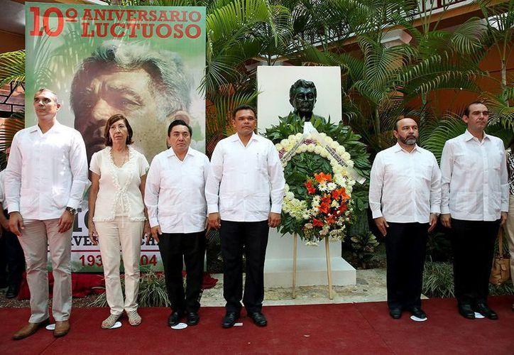 El gobernador Rolando Zapata Bello encabezó una guardia de honor y ofrenda floral a Víctor Cervera Pacheco. (Milenio Novedades)