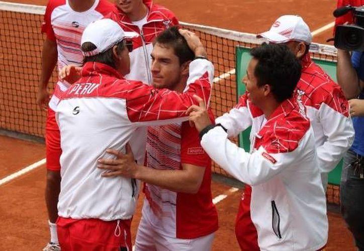 El peruano Mauricio Echazú (centro) derrotó al mexicano Lucas Gómez para sellar el pase de su país a la final del Grupo II de la Zona Americana de la Copa Davis. (Twitter:@CopaDavis)