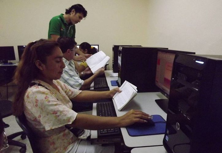Familias pueden acceder de manera gratuita a Internet en las plazas comunitarias. (Cortesía/SIPSE)