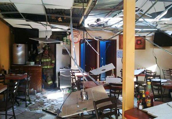 La explosión ocurrió cuando una pipa de gas abastecía el tanque estacionario de la pizzería, lo que provocó quemaduras de diferentes grados a 10 personas. (César Velázquez/Milenio)