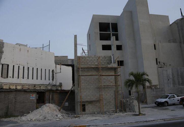 Se ha iniciado la construcción de nuevos negocios en predios desatendidos. (Israel Leal/SIPSE)