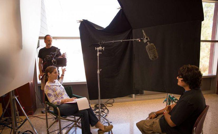"""La directora Mary Mazzio (i) y el director de fotografía Richard Klug durante la filmación de """"Underwater Dreams"""". (Foto: AP/50 Eggs, Inc., Richard E Schultz)"""