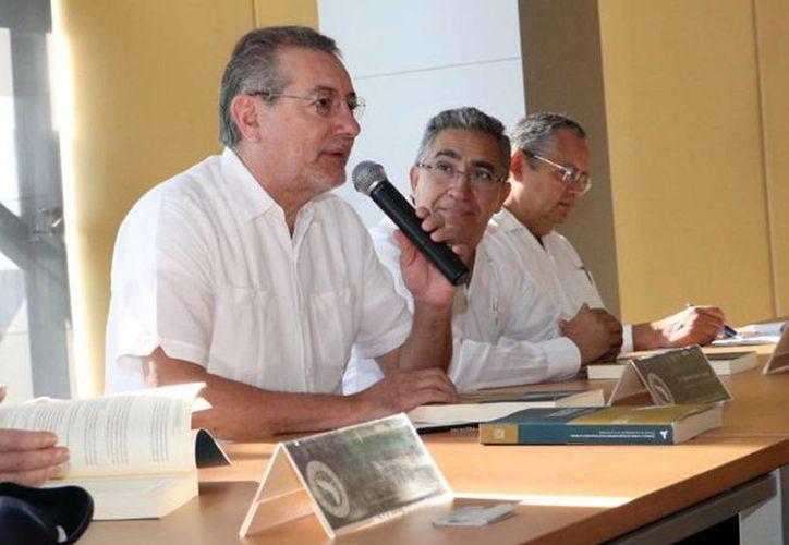 Jaime Valls Esponda presentó el libro 'Prácticas y Modelos de Responsabilidad Social Universitaria (RSU) en México. Proceso de Transformación de la Universidad', en Mérida. (Milenio Novedades)