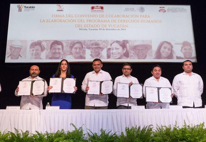 Representantes de los Poderes Ejecutivo, Legislativo y Judicial firmaron el acuerdo con la Codhey. (SIPSE)