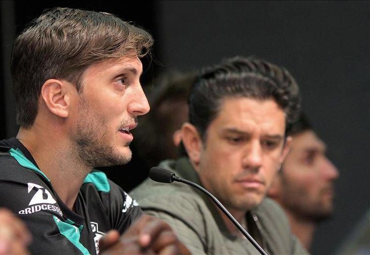 El técnico argentino Luis Zubeldia (i) durante su presentación como nuevo director técnico del equipo Santos Laguna, en Torreón. Zubeldia es el técnico menos experimentado en la Liga MX de los 12 sudamericanos. (Archivo EFE)