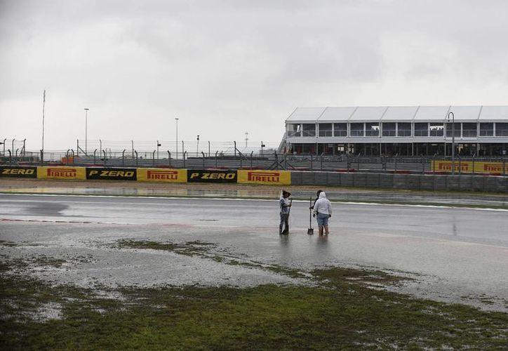 Pista inundada por las lluvias en Austin, Texas, previo a la realización del Gran Premio de Fórmula Uno. (AP)