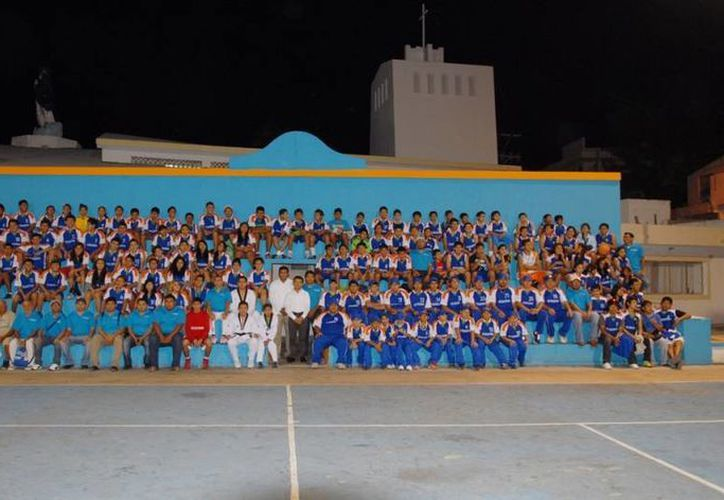La delegación isleña conformada por 272 deportistas, se tomó la foto oficial de la Olimpiada Nacional 2013. (Cortesía/SIPSE)