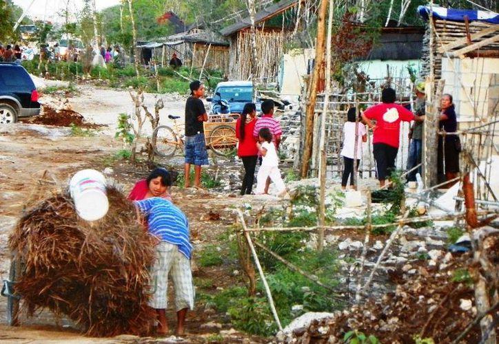 Los habitantes de las zona invadidas reciben atención sanitaria enviada por el Ayuntamiento. (Adrián Barreto/SIPSE)