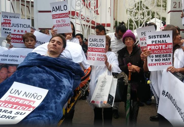 Roberto González estuvo acompañado de su familia y amigos en la oficina de transición de Obrador. (Milenio.com)