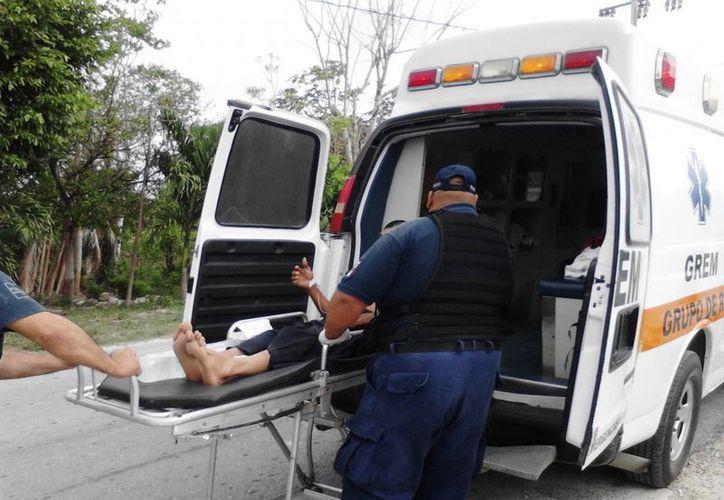 Los cuerpos de emergencia trasladaron al policía al Hospital General de Chetumal para su atención médica. (Javier Ortiz/SIPSE)