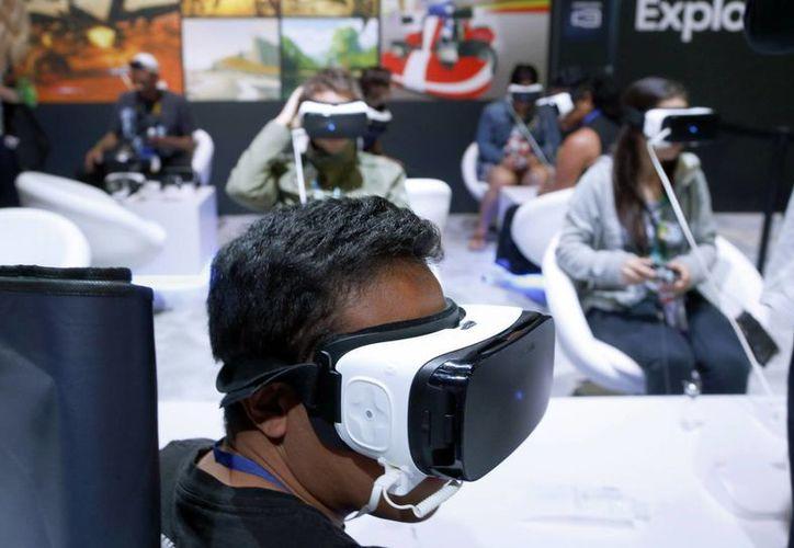 Quien quiera ver ciertos deportes de Juegos Olímpicos en realidad virtual deberán contar con teléfonos inteligentes Samsung Galaxy y visores Samsung Gear VR (este último aparece en la foto). (AP)