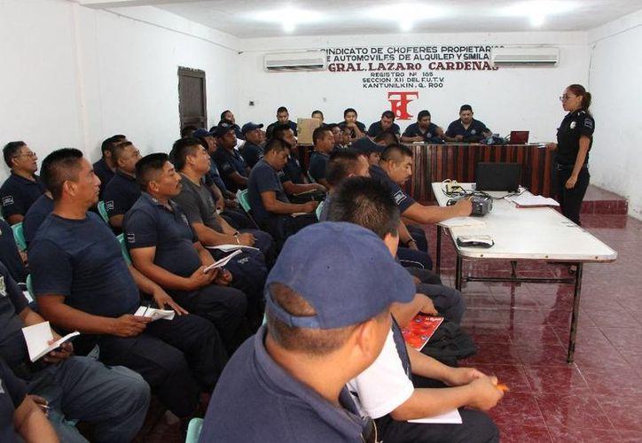 El taller fue impartido por personal de la Academia de la Policía de la zona norte. (Raúl Balam/SIPSE)