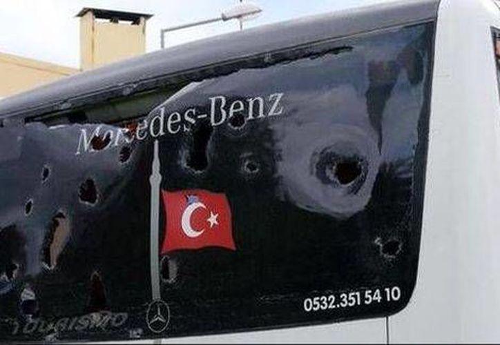 Así quedó el vehículo de la selección de balonmano del Besiktas, atacado en Mersin por desconocidos. (Twitter)