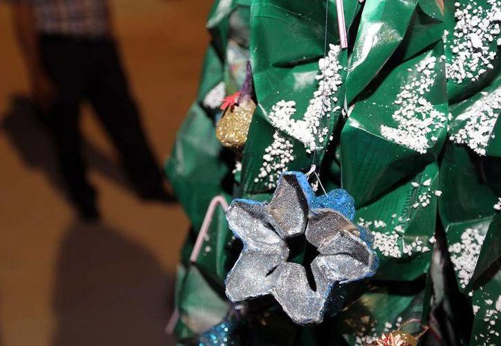 Veinte primarias y secundarias participaron en el concurso de árboles navideños hechos con material reciclado que organizó el Ayuntamiento. (Redacción/SIPSE)