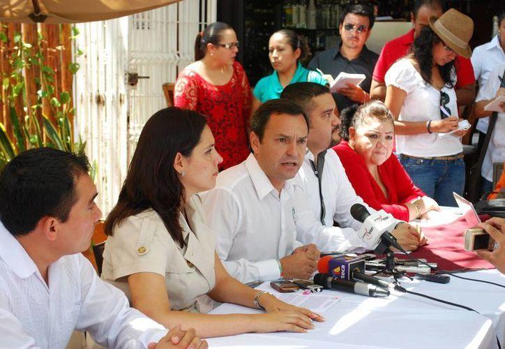 El delegado de Bonfil y el presidente del PRI municipal durante una conferencia. (Tomás Álvarez/SIPSE)