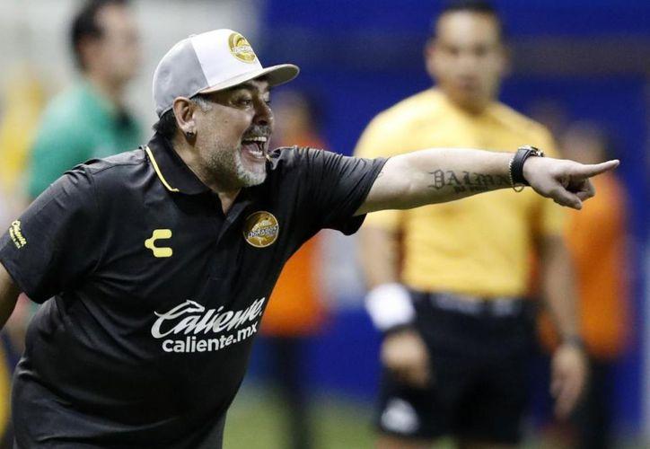 Maradona saltó de su asiento y reclamo por la acción contra uno de sus jugadores. (Foto: Internet)