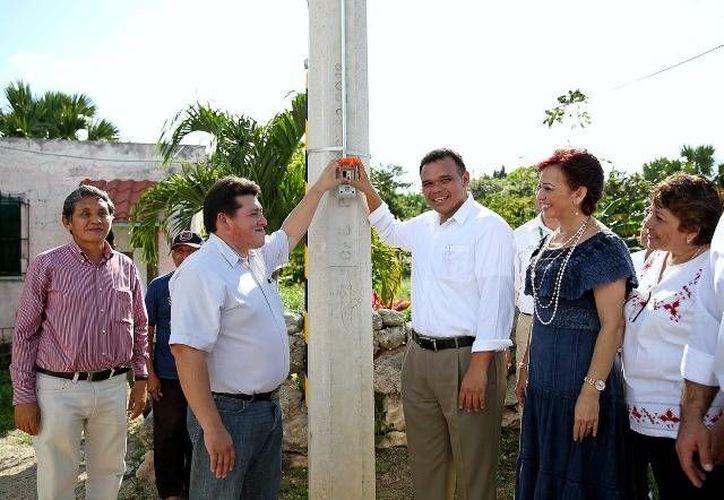 El Gobernador entregó ayer obras de ampliación del sistema de agua potable y red eléctrica en beneficio de más de 5,700 habitantes de Dzilam González. (Cortesía)