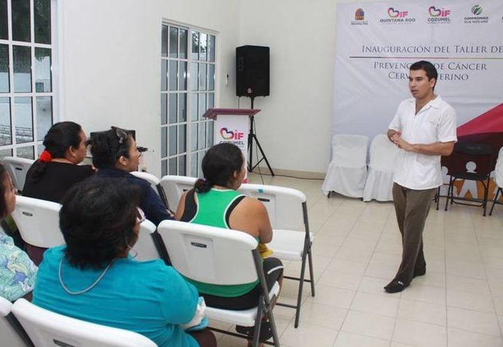 El coordinador de Asistencia Médica del DIF Cozumel, Jorge Cuauhtli Lojero, durante la plática. (Cortesía/SIPSE)