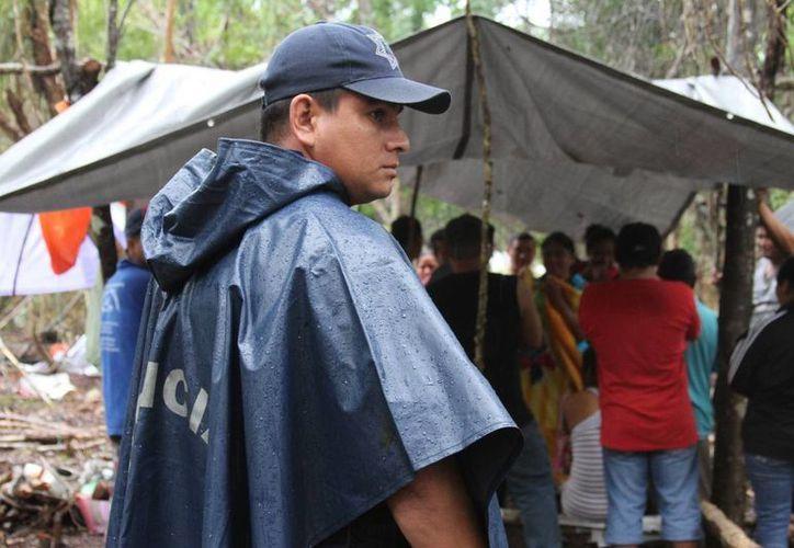 """Policías municipales recorrieron ayer la zona del fraccionamiento """"In House"""" que permanece invadida por casi 200 familias.  (María Mauricio/SIPSE)"""