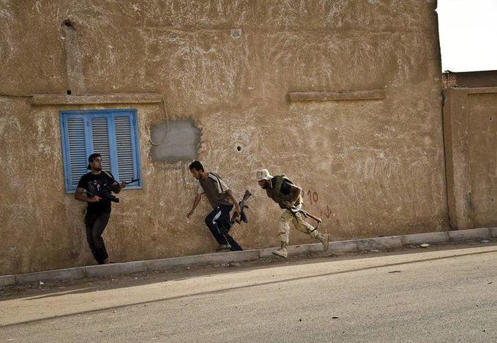 Ciudadanos libios en la ciudad de Sebha, en Libia durante los enfrentamientos. (EFE)
