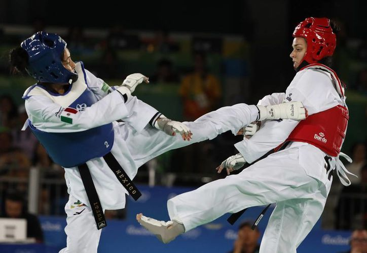 La mexicana Itzel Manjarrez fue la primera en caer derrotada en las semifinales de Taekwondo, ante la serbia Tijana Bogdanovic.(Vincent Thian/AP)
