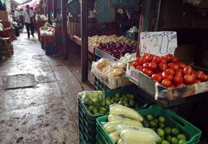 Según Coneval, una familia de cuatro integrantes requiere $11 mil 983 al mes para sobrevivir. Aumenta la inflación en Mérida. (Foto: Milenio Novedades)
