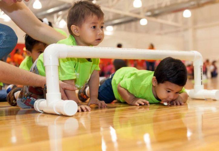 Competencias de carreras con obstáculos en la Olimpiada del Bebé. (Milenio Novedades)