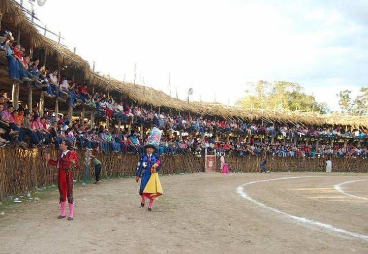 En Yucatán las fiesta tradicionales de los pueblos suelen incluir corridas de toros. (SIPSE/Archivo)