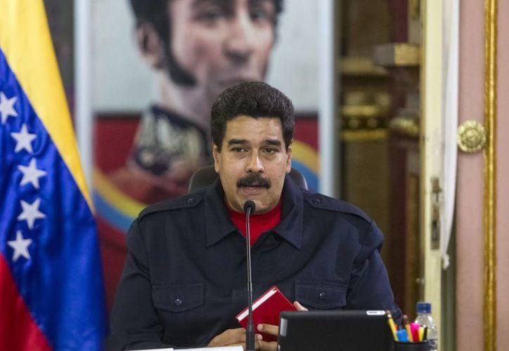El presidente Nicolás Maduro encabeza una reunión de la conferencia de paz con miembros de organizaciones sindicales y de trabajadores en el Palacio de Miraflores, en Caracas. (EFE)