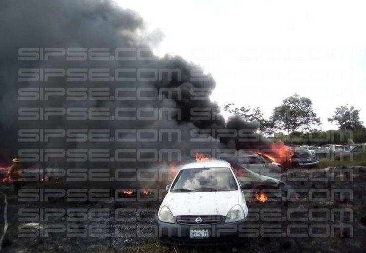 En el lugar se encuentran elementos de seguridad e integrantes del heroico cuerpo de bomberos de Cancún. (SIPSE)