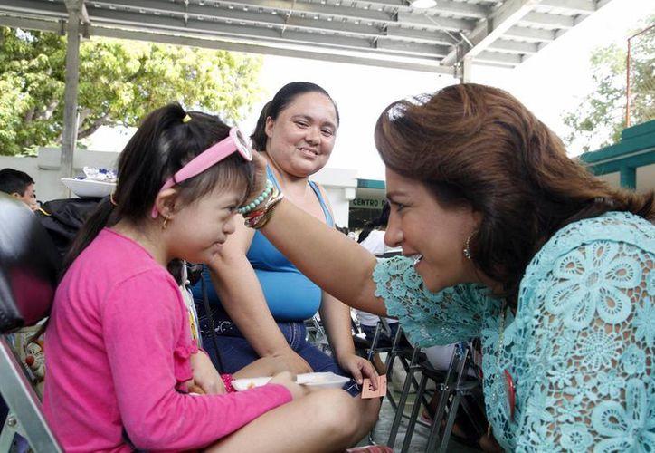 La presidenta del DIF Yucatán, Sarita Blancarte, con una de las beneficiarias. (SIPSE)