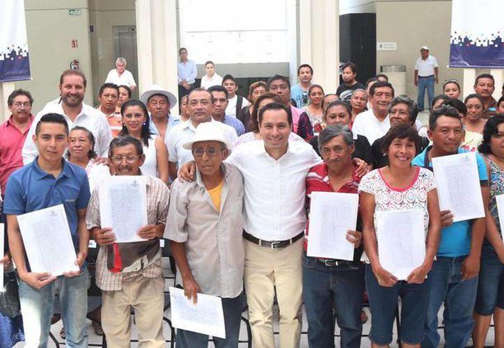 El alcalde meridano Mauricio Vila entregó este viernes en el Centro Olimpo documentos que acreditan la donación de predios en comisarías. (Fotos cortesía del Ayuntamiento)