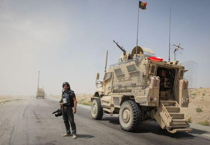 La policía afgana vigila los caminos en busca de explosivos ocultos. (Agencias)