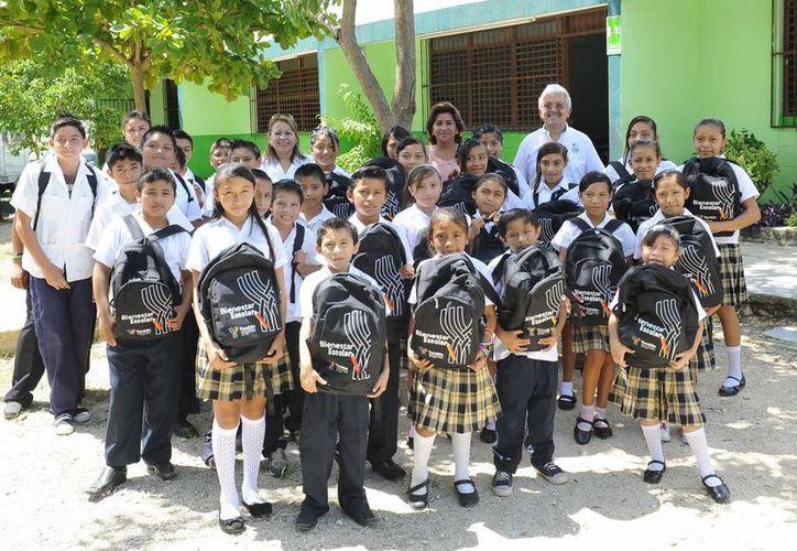 Estudiantes del sur de Mérida con sus mochilas y útiles que les entregaron como parte del programa Bienestar Escolar. (Cortesía)