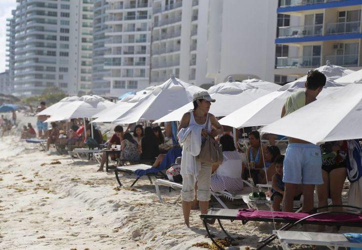 Las playas registran una gran afluencia de turistas nacionales y extranjeros. (Israel Leal/SIPSE)