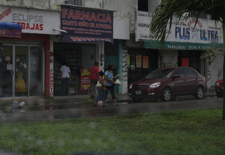Las lluvias han provocado encharcamientos en las calles de Chetumal. (Harold Alcocer/SIPSE)