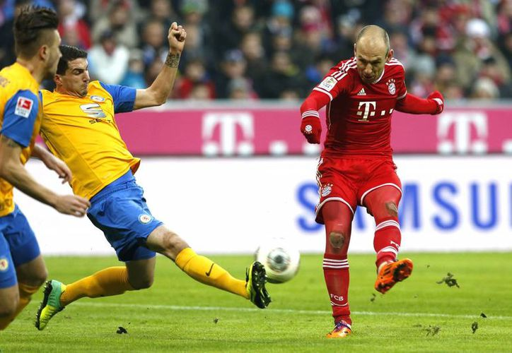 El holandés Arjen Robben al momento de anotar su segundo gol ante el club recién ascendido Braunschweig en la Liga de Alemania. (Agencias)