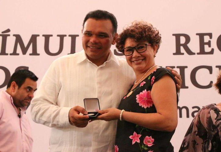 El gobernador Rolando Zapata durante la entrega de medallas y reconocimientos a maestros con muy amplia trayectoria. (Fotos José Acosta/Milenio Novedades)