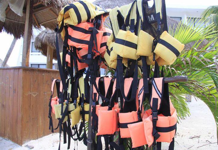 La SCT marca las medidas de seguridad que deben cumplir los chalecos salvavidas. (Israel Leal/SIPSE)