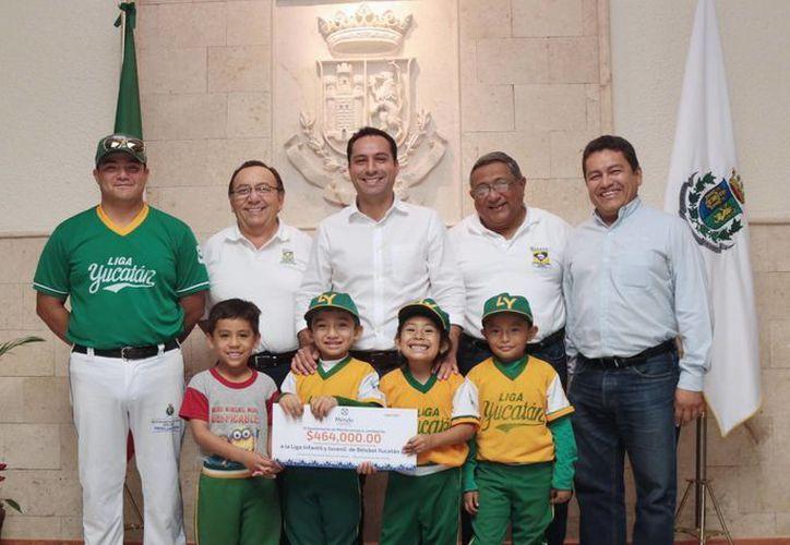 El alcalde Mauricio Vila recibió en el Palacio Municipal a los pequelos integrantes de la Escuelita de béisbol. (Cortesía)