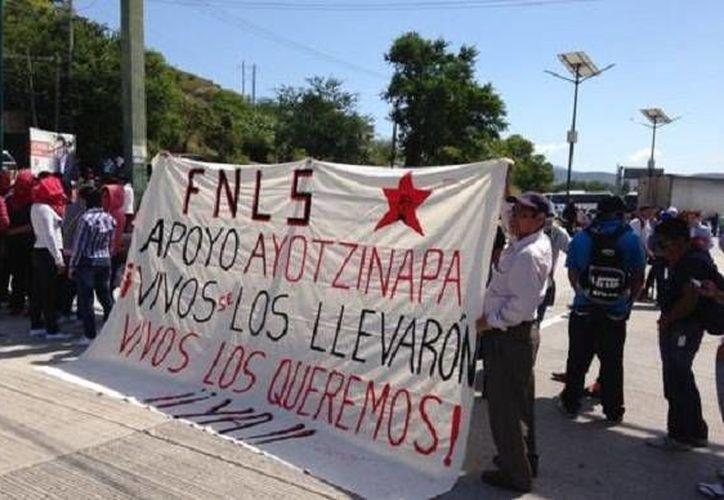 El bloqueo de normalistas en la Autopista del Sol inició desde el medio día de este domingo. (Milenio)
