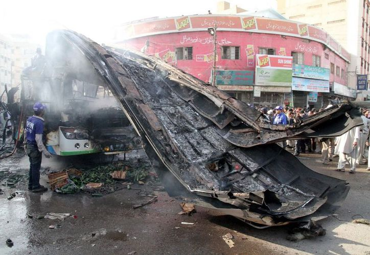 El estallido en una zona transitada desgarró completamente el techo del autobús. (EFE)