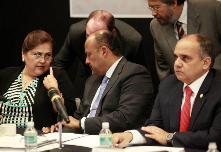 Los senadores abordarán las 60 reservas de la Ley de Protección a Menores el próximo lunes. En la imagen, los legisladores Silvia Guadalupe Garza Galván, René Juárez Cisneros y Manuel Añorve. (Notimex)