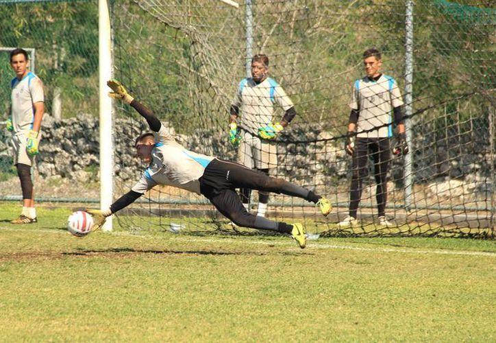 El portero Sergio Arias durante un entrenamiento del CF Mérida, que espera tener un buen cierre de torneo en la Liga de Ascenso MX. (SIPSE)