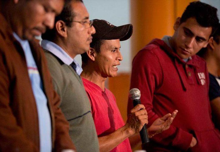 El caso de los estudiantes desaparecidos de la Normal Rural de Ayotzinapa llegó a EU porque familiares pidieron la intervención de la CIDH para 'vigilar' la investigación. La imagen es de la conferencia de prensa que los padres de familia  ofrecieron tras reunirse con el presidente Enrique Peña Nieto. (NTX)